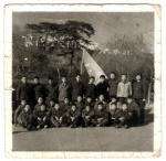 1975年全班男生和班主任张桂荣老师在香山合影