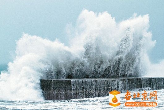 宜蘭烏石港外堤防激起四五層樓高的浪花.jpg