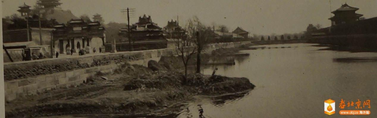 右边为护城河的牌楼.jpg