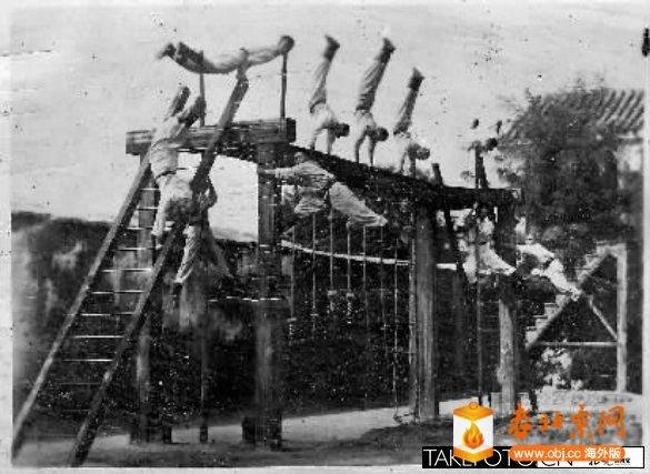 北平市特别消防队进行天桥、平台、秋千、铁杠、木马、双杠等器械上下法姿势的团体练习3.jpg
