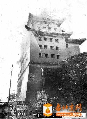民国时期,北京某箭楼失火。据光影方位推断片中很可能是安定门箭楼。.jpg