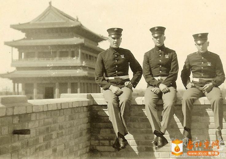 原标注:三个美军在城墙上.jpg