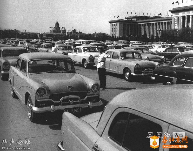1979年,人民大会堂前的停车场.jpg