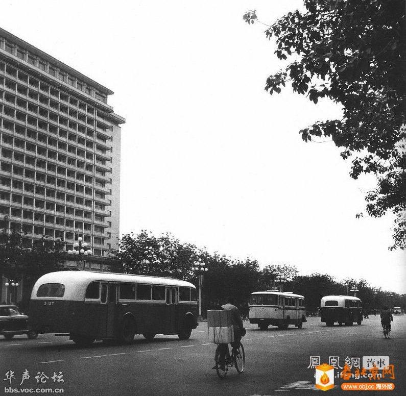 1979年,途径北京饭店的公交车,样式很古老,一头一尾的两辆车是斯柯达。
