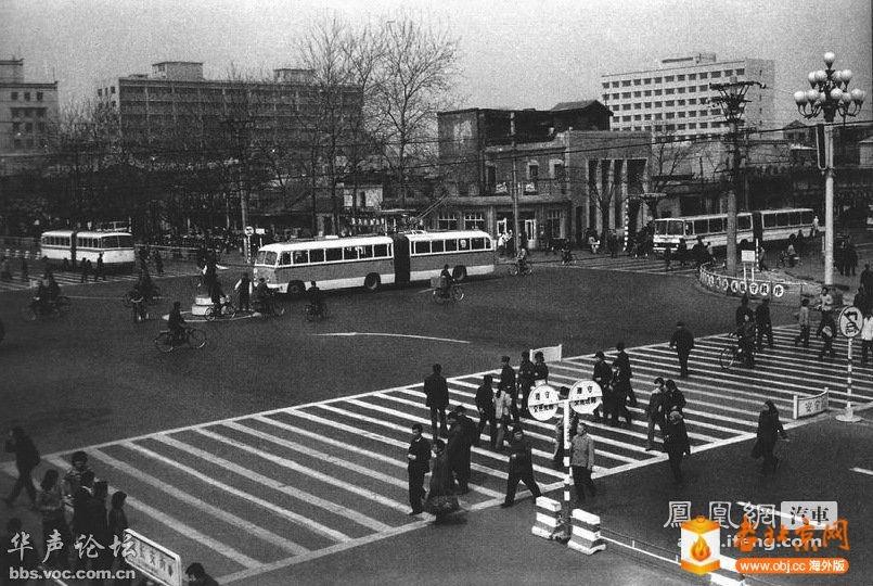 1979年,位于前门老火车站前的公共汽车站