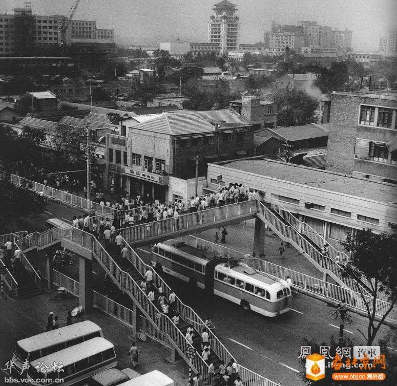 1981年7月1日,北京市首座人行过街桥——西单人行过街天桥建成