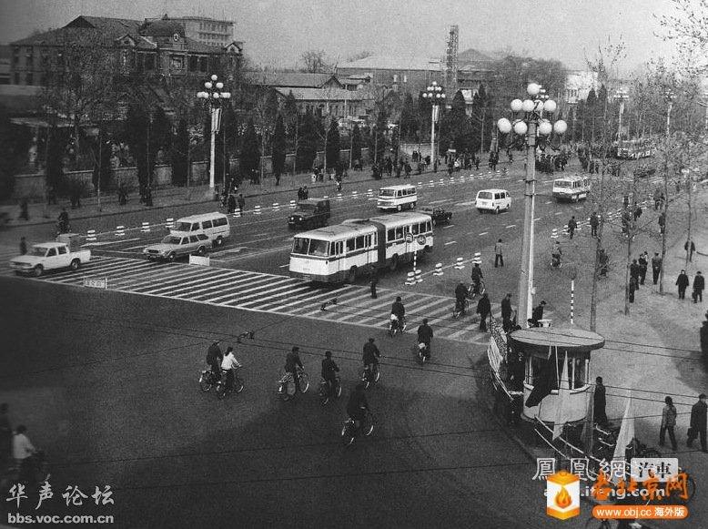 1983年,北京王府井南口。画面的左上方位置是现在的东方广场