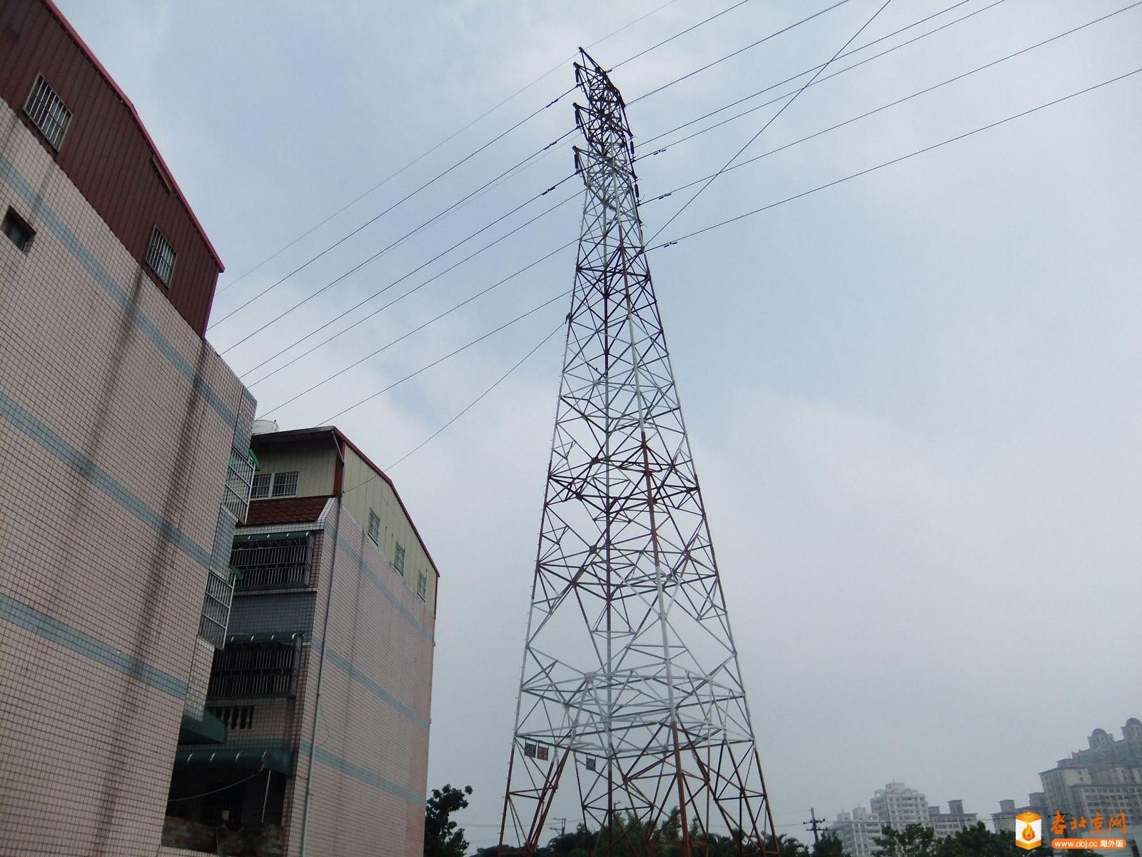 台灣的大城市裡大概都見不到這種高壓電塔了,但是在鄉下地方還是可以看見,北京應該沒有這種高高大大的高壓電塔了吧?因為有研究指出,這種高壓電塔因電力經過而產生輻射,對周邊居住的人會產生致癌因子,不知道正確與否,但在我的記憶中,這些高壓電塔似乎已經存在幾十年了,到現在也仍然矗立在那兒,文風不動!- W) l2 S5 I0 i4 _( J+ U