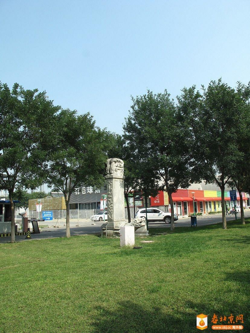 羽毛球馆前的一块碑
