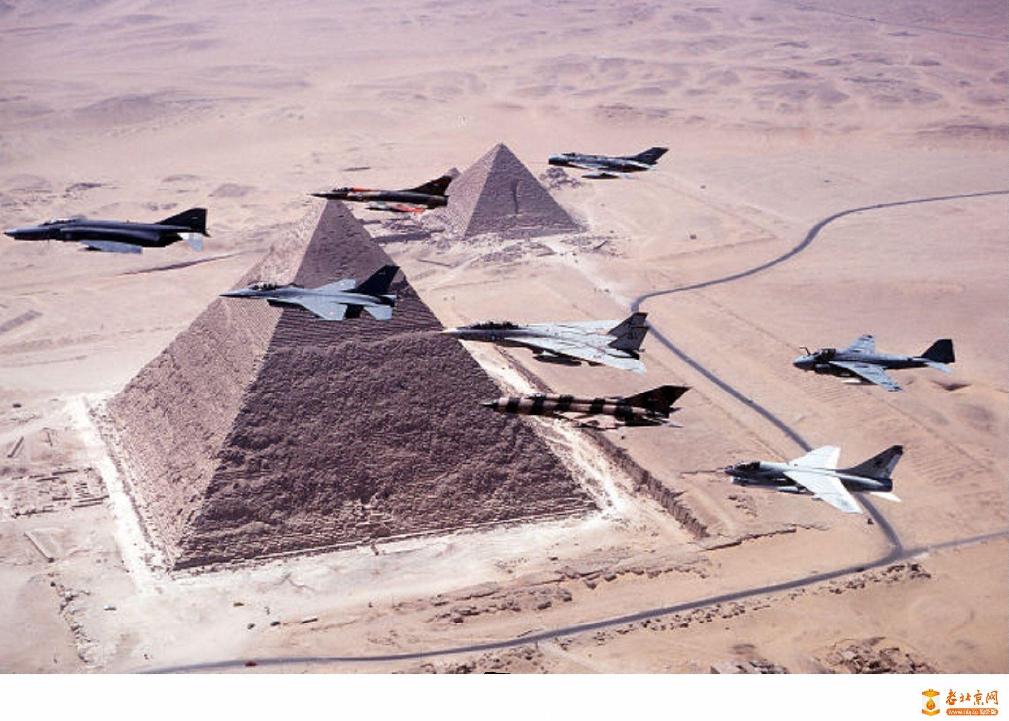 列队飞过金字塔 flying over pyramids in formation