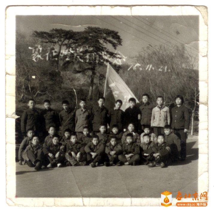 初一(1)班男生和张桂荣老师合影