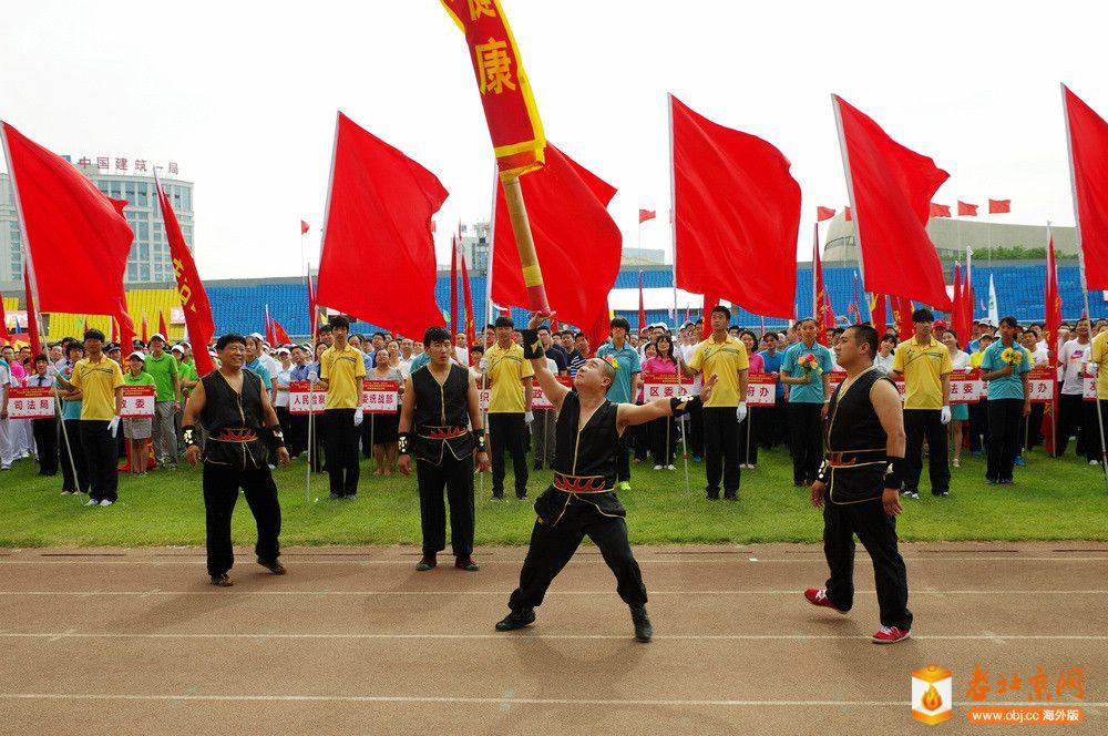 长辛店中幡队在丰台区体育节上表演绝活