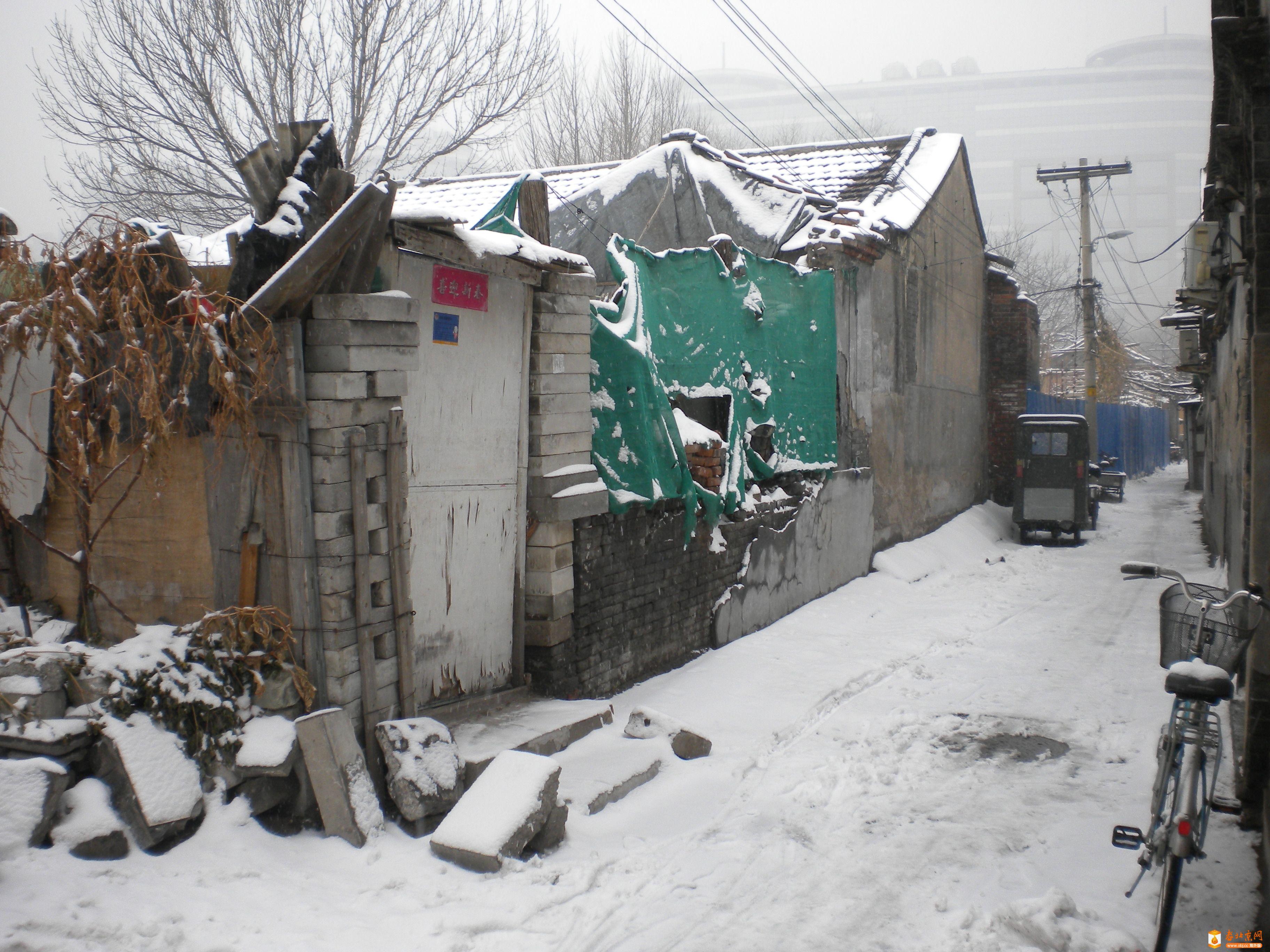 2012年12月14日上午,雪后的香炉营六条东口⑴。