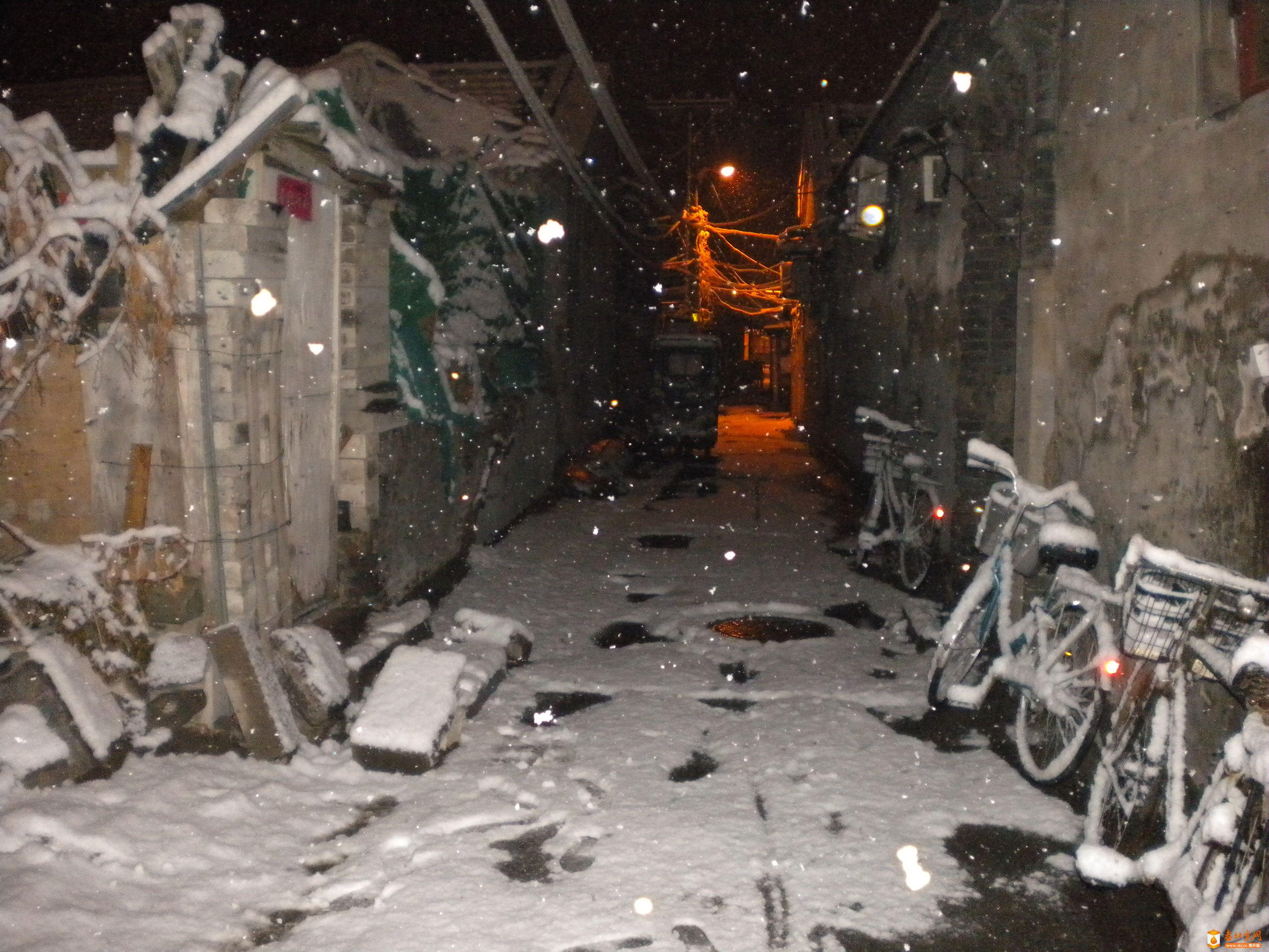 2013年3月20日深夜,雪中的香炉营六条东口。