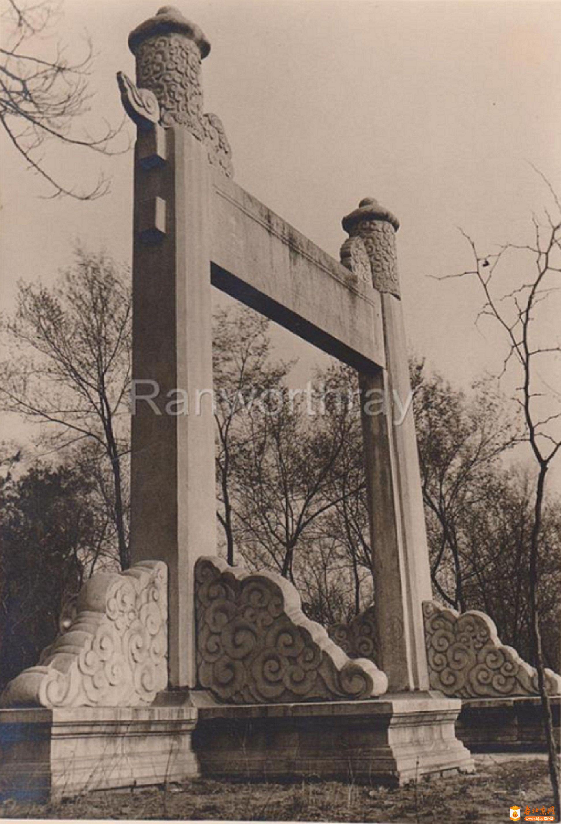 136.北京的石牌坊              (1940年).jpg