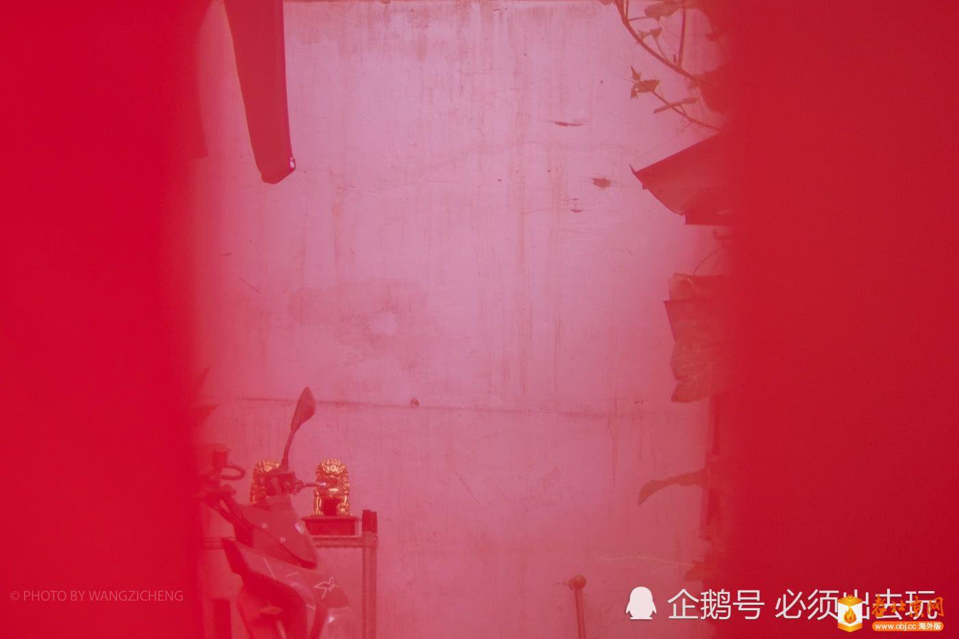 透过锁闭的大红门,里面依稀可以看到市民生活的陈设