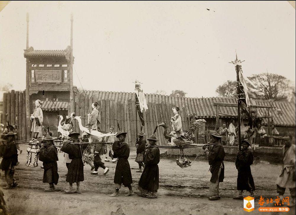 mx04-049 持有者拿着纸在葬礼上燃烧的数字,北京 1905年.jpg