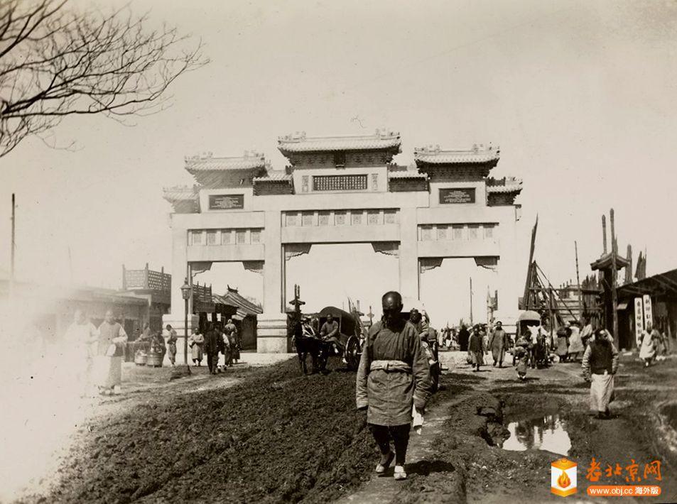 mx04-043 冯Ketteler纪念馆,Hatamen街,北京 约1905年.jpg