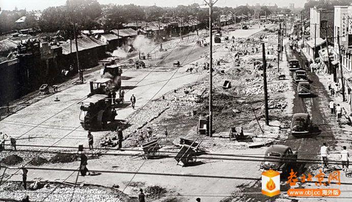 1956,西單路口西向,正在進行展寛道路,打通復興門內大街的工程.jpg