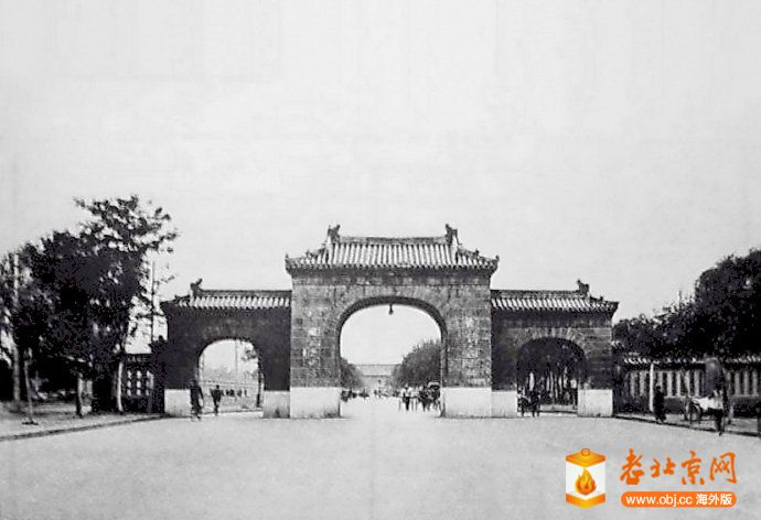 1930年前後,東長安街新東三座門(東長安門),遠處可見長安左門.jpg