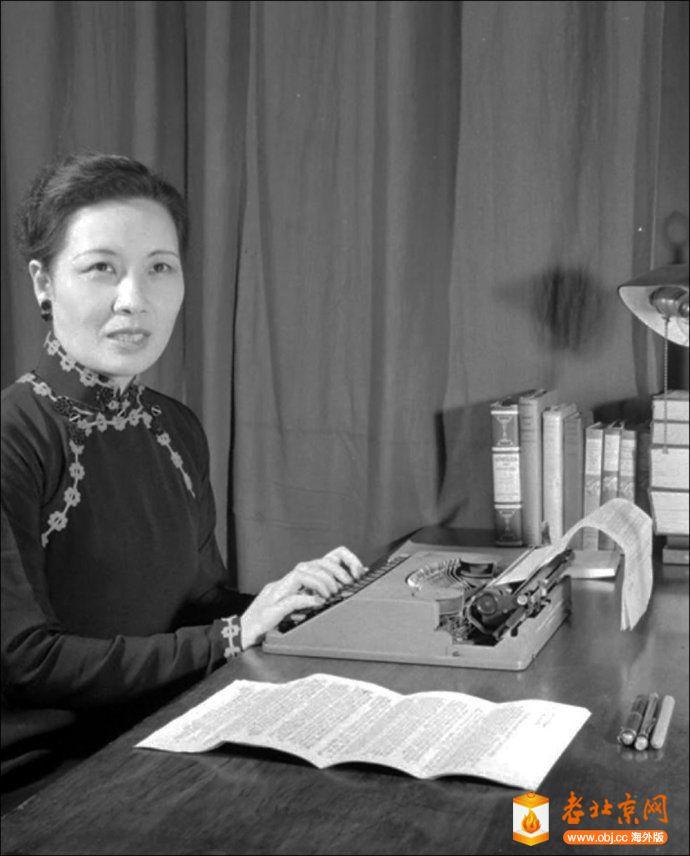 1946年重慶,宋美齡使用超薄型笔记本打字机.jpg