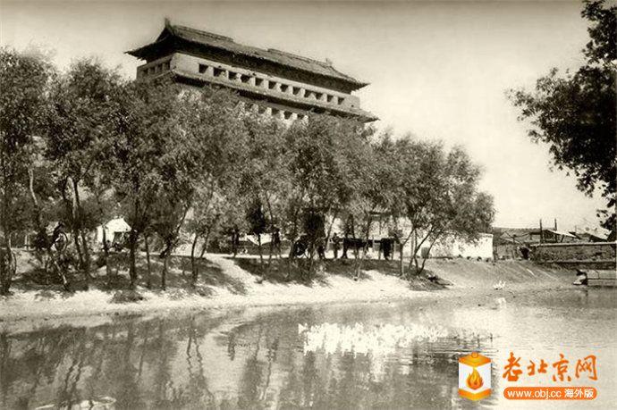 东直门箭楼与护城河.jpg