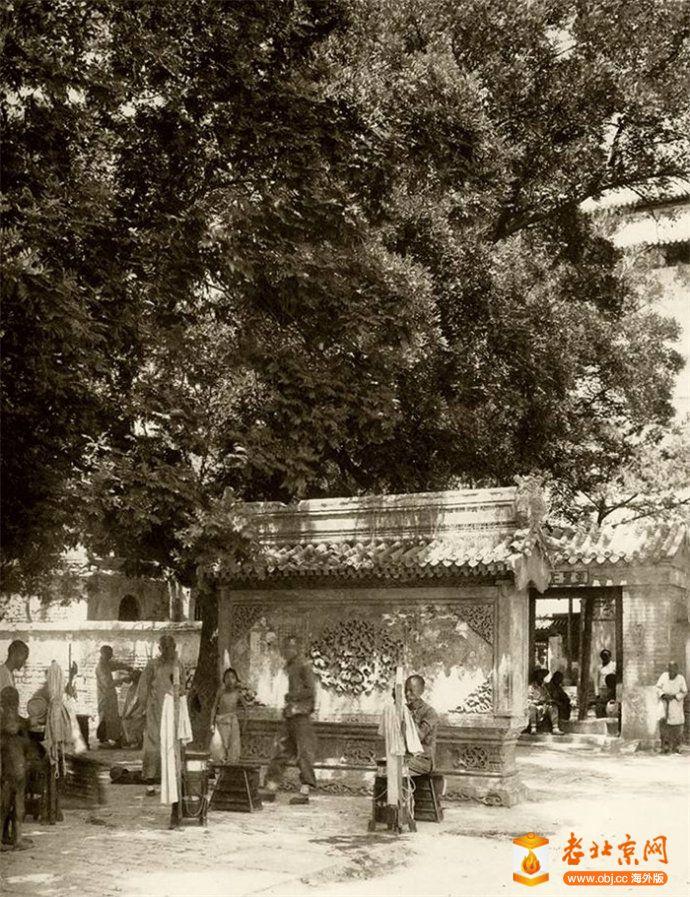 德胜门瓮城中真武庙照壁前的流动理发匠.jpg