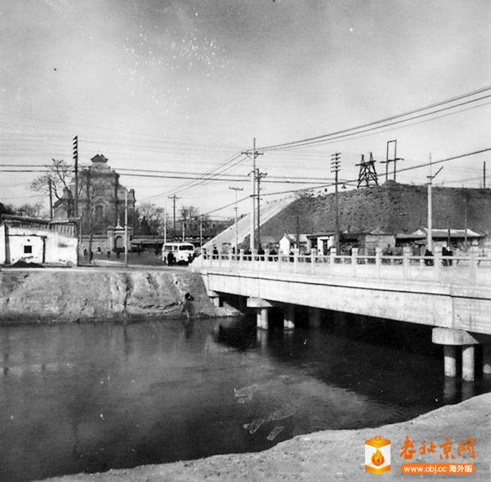 1960年前後,内城南垣宣武门城楼东正对着南堂的豁口,护城河及新修的水泥桥梁.jpg