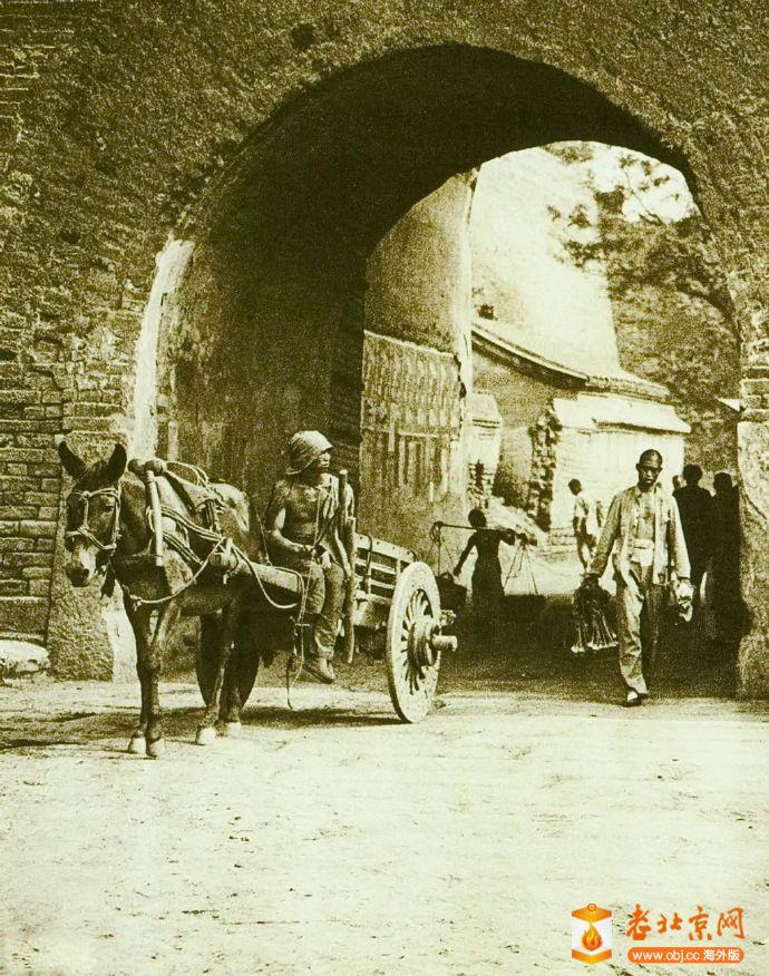 1920年前後,阜成門甕城門洞外側。選自《北京美觀 The Pageant of Peking》 [(英)唐納.jpg