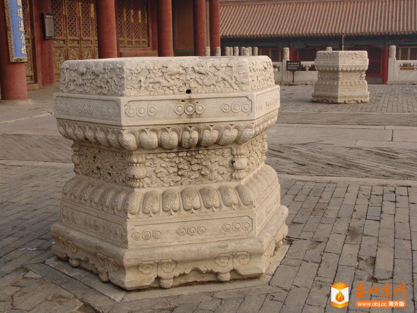 复件 10图 故宫皇极殿前安放灯杆使用的石雕杆座.JPG