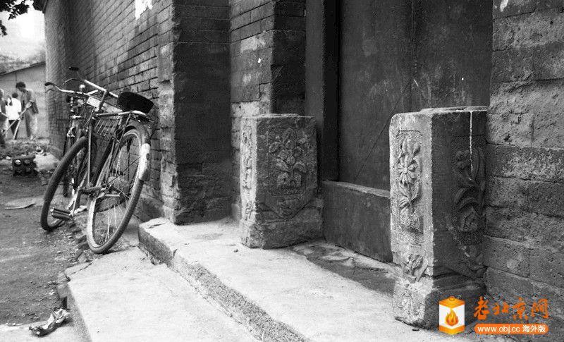 刘景行1996.6.25.北京阜外大街一所魏家私人四合院被强拆05,方形的门墩表明这个门户励.jpg