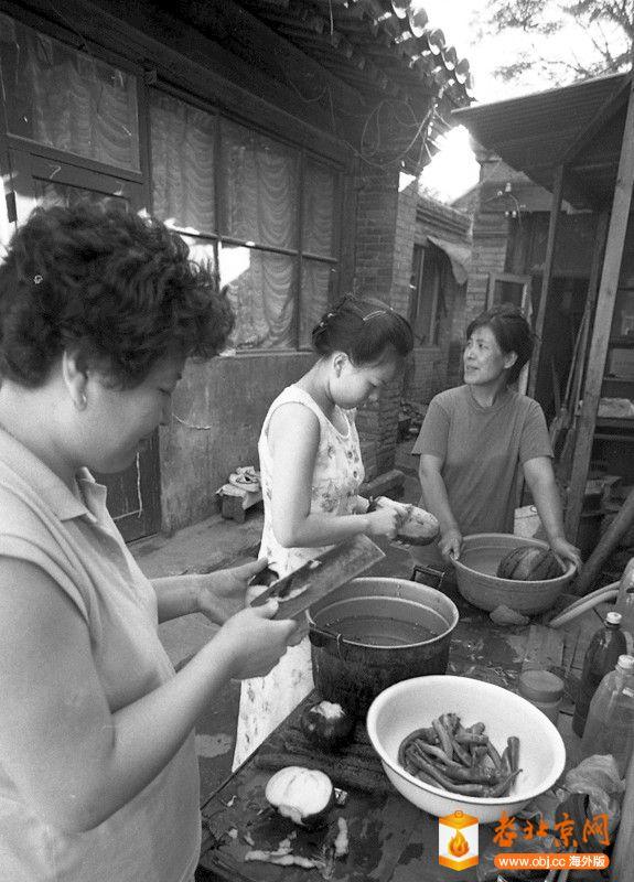 刘景行1996.6.25.北京阜外大街一所魏家私人四合院被强拆06,强拆之际,媳妇们准备着最.jpg