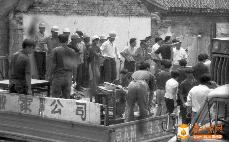 刘景行1996.6.25.北京阜外大街一所魏家私人四合院被强拆09,警察、民工、搬家公司只等.jpg