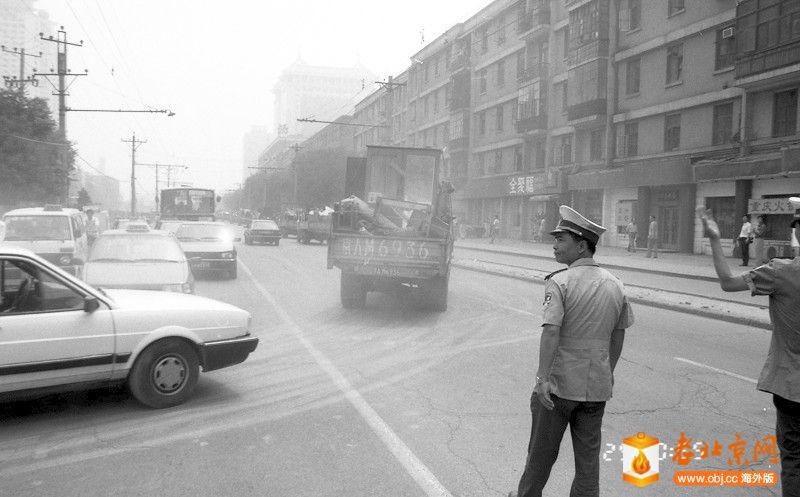 刘景行1996.6.25.北京阜外大街一所魏家私人四合院被强拆12,当搬家公司在掩护下一溜烟.jpg