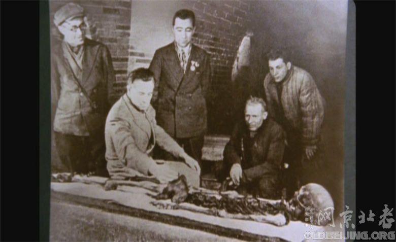 在陵寝里看到了充满许多传奇故事的帖木儿玉石棺,及其孙Ulughbek的白色大理石棺。帖木儿的墨绿色玉石棺盖在1740年被军阀Nadir Shah带去波斯后断成两半,棺盖破损后竟引发了一连串的厄运,甚至危及其子的生命安全。在听从宗教专家建议将玉棺还回原处后,他们也逃过了劫难。 1941年二次大战期间,俄国籍人类学家Mikhail Gerasimov打开尘封六百多年的石棺地下室。那次考古,证实帖木儿约高170公分且跛脚的领袖,并发现他的孙子Ulughbek是被斩首而死。就在开棺后的隔天,德国随即入侵俄国,帖木